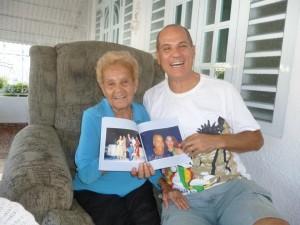 Con Donna Lydia, mamma di Papito Jala Jala, mostrando con orgoglio una raccolta di fotografie del suo adorato figliolo, che le ho portato in regalo dall'Italia...