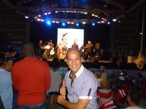 Enzo Conte alla festa ptronale di Cayey. Sullo sfondo Andy Montanez, con i figli Andy jr e Harold, e la loro orchestra