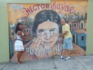 Enzo Conte davanti al murales di Hector Lavoe