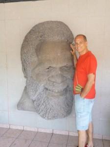 Accanto ad un ritratto in pietra di Ismael Rivera, el sonero mayor, che si trova nella sua casa natale nel quartiere di Villa Palmera