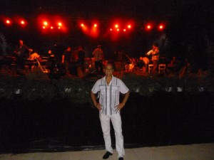 Enzo Conte e alle spalle la big band di Luis Perico Ortiz.