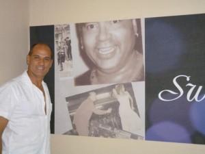 Enzo Conte davanti all'immagine di Papito Jala Jala