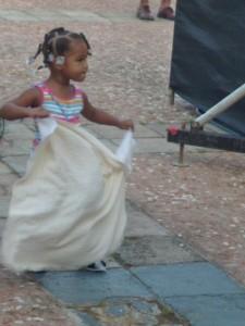 Questa foto è meravigliosa. Una bambina tra il pubblico, rapita dal ritmo, incomincia anche lei ad improvvisare passi di bomba...