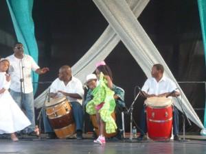 Un'altra bambina che si lancia sul palco per sfidare il tamburo...
