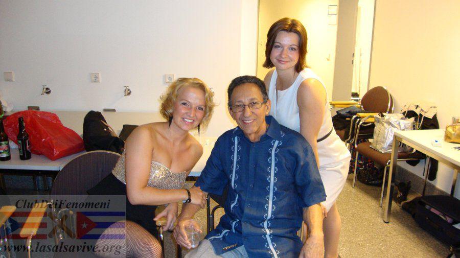 Ray Perez in compagnia di alcune fans