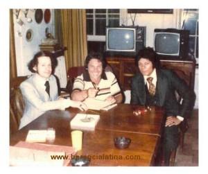 Nella casa di Machito, con Johnny Colón, Joey Pastrana e King Nando.  Foto di Joey Pastrana - ceduta a Herencia Latina