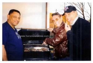 """Los """"Chicos"""" del Boogaloo: Joe Bataan, Joey Pastrana e Tito Ramos. A casa di Joe Bataan, preparando una cena.  Foto di Joey Pastrana."""
