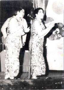 Le coriste de la Orquesta de Joey Pastrana  Sonya Rivera e Becky Rivera con la Orquesta de Machito.  Al Puerto Rico Theatre, New York, 1969.  Foto di Joey Pastrana - ceduta a Herencia Latina